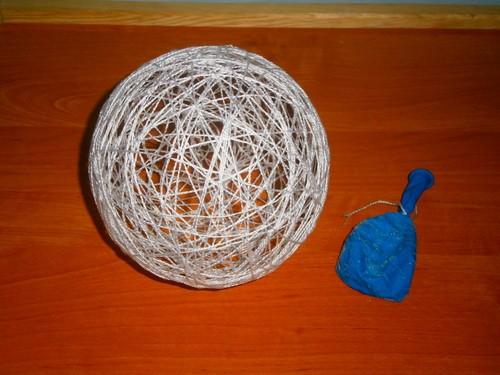 С помощью ниток или остатков кружев можно изготовить елочные шары.