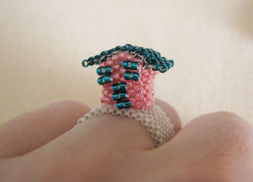 Маленький домик из бисера на пальце